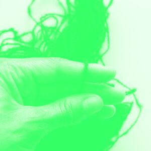 hand die weeft in duotone groen