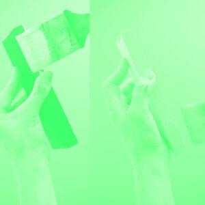 Handen die stukje hout vasthouden en beschilderen in duotone groen
