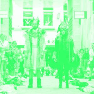 twee personen op catwalk in duotone groen